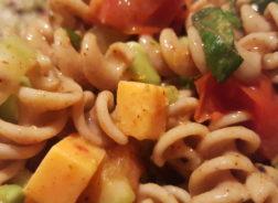 Salade pâtes, edamames, basilic et tomates confites