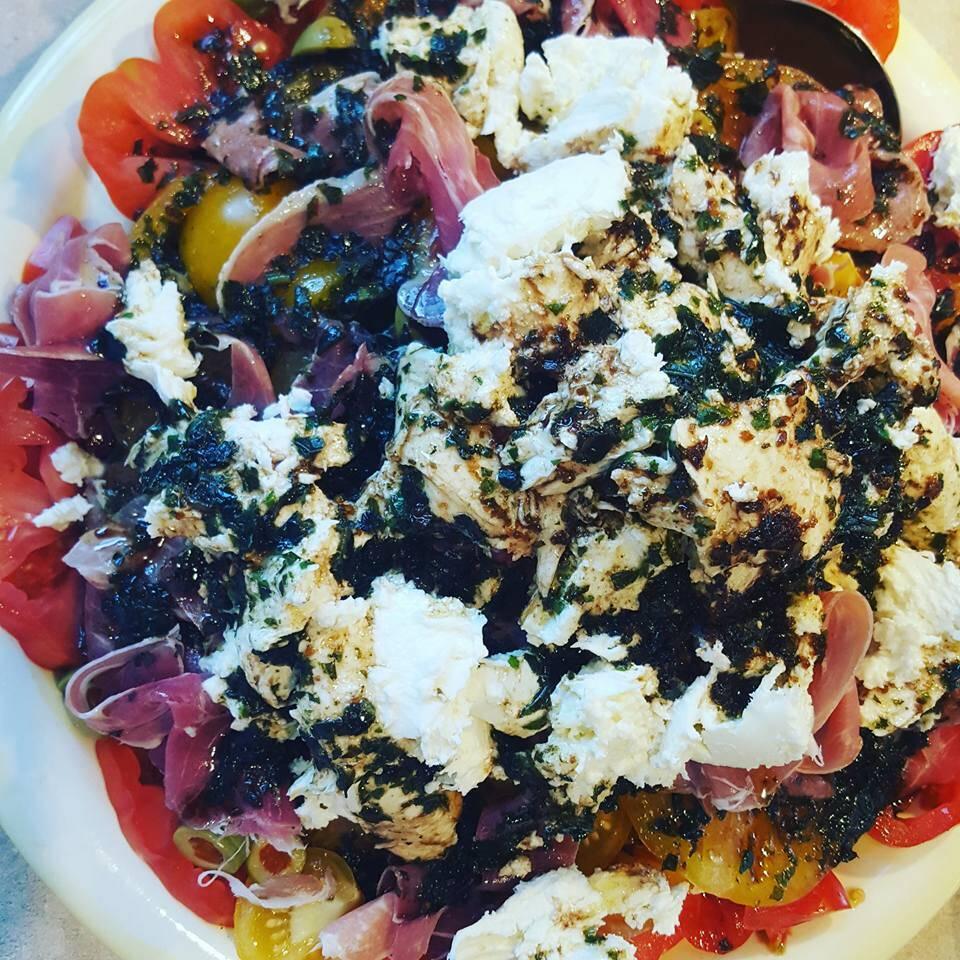 Salade de tomates, mozza fraîche et proscuitto